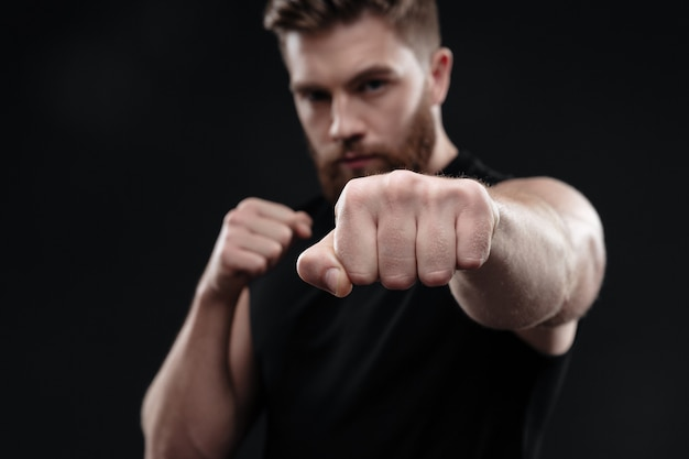 Close up fighter pugni in studio
