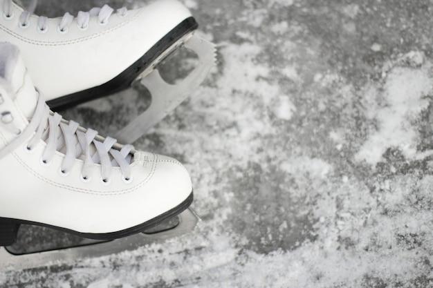 Primo piano dei pattini di figura. pattinaggio sul ghiaccio attività all'aperto con la famiglia in inverno.