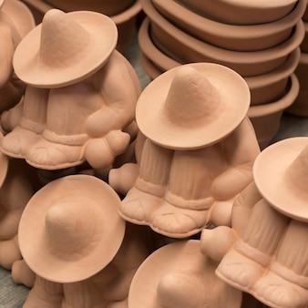 Close-up di figurine al mercato di stallo, san agustin, dolores hidalgo, guanajuato, in messico