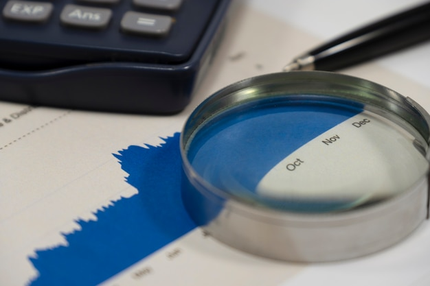 Close up report grafico finanziario per l'analisi del valore investitore.