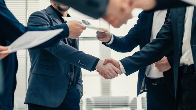 Avvicinamento. partner finanziari che agitano le mani. concetto di cooperazione