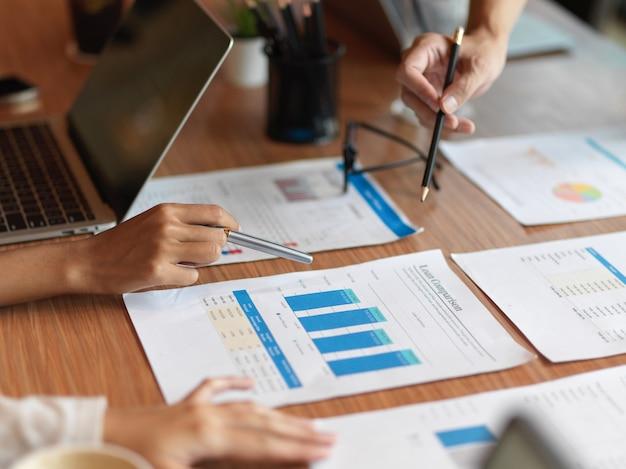 Primo piano della consulenza del team finanziario sul confronto dei prestiti per l'azienda nella sala riunioni
