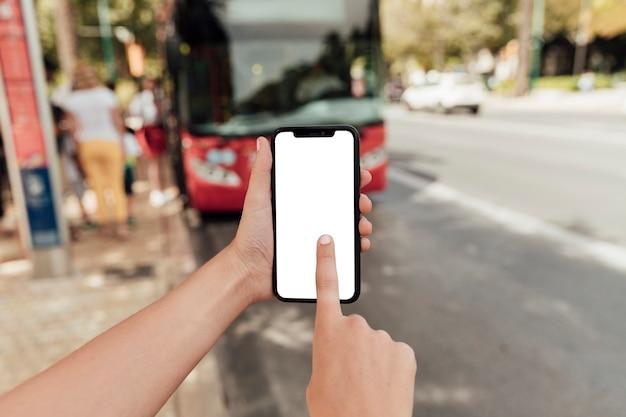 Schermo commovente del telefono del dito del primo piano Foto Premium