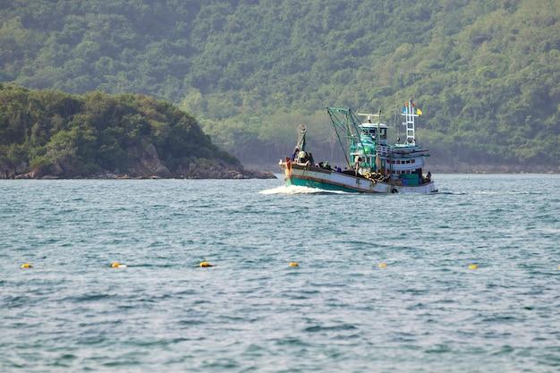Primo piano su barche da pesca che galleggiano nel mare