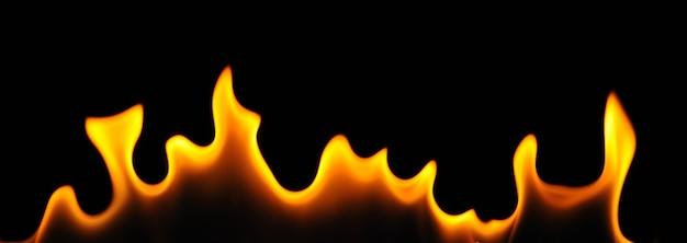 Fiamme del primo piano di un bruciatore di alcool su una parete scura