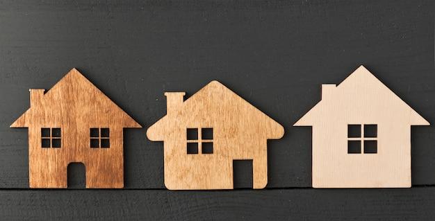 Chiuda in su sulle case di legno piane isolate