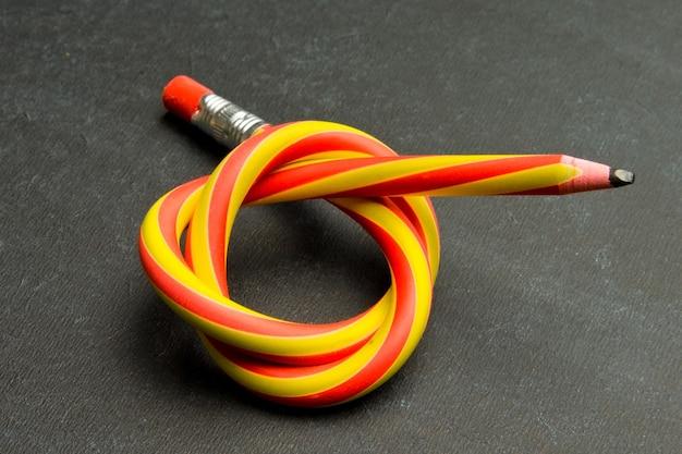 Primo piano sulla matita flessibile e colorata
