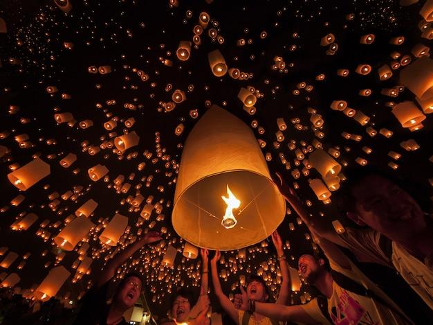 Primo piano sulla cerimonia delle lampade galleggianti