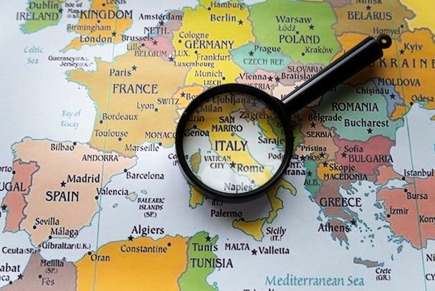 Chiuda sull'italia messa a fuoco sulla mappa europea