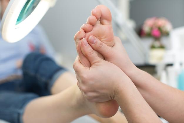 Primo piano di un massaggio ai piedi presso la spa