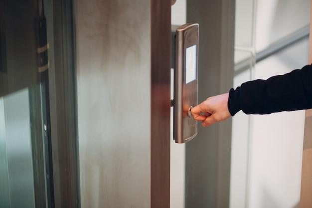 Primo piano dell'indice che preme l'ascensore del pulsante durante il concetto di quarantena covid-19 della pandemia di coronavirus