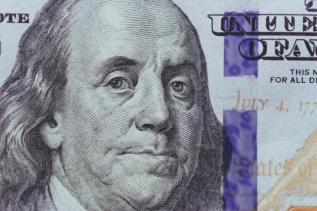 Primo piano di franklin su cento dollari di bolletta.