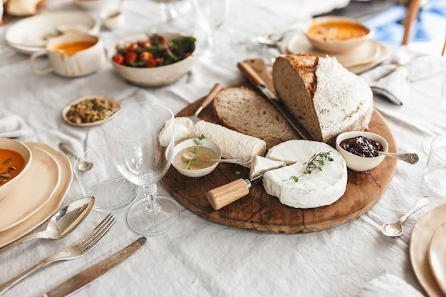 Chiudere il pane fresco e formaggio con salse su tavola di legno
