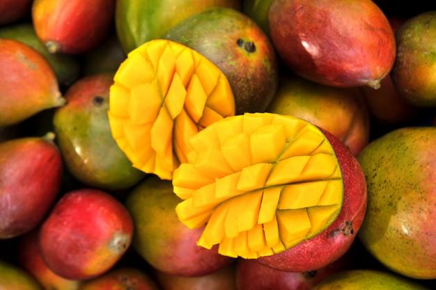 Chiuda sulla frutta fresca del mango sulla stalla del mercato in spagna del sud