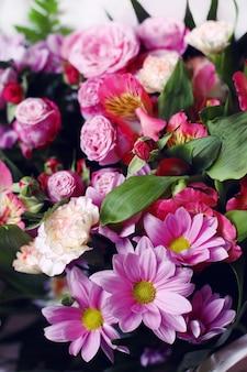 Close up bouquey rosa fresco con rose e fiori e foglie di crisantemo