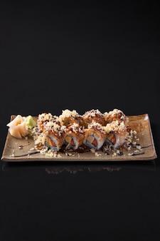 Close-up di rotoli di sushi crudo fresco