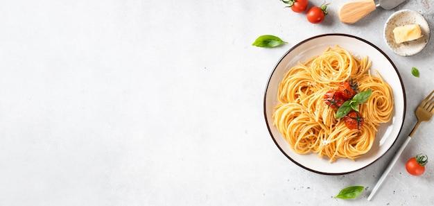 Primo piano di pasta fresca vegetariana