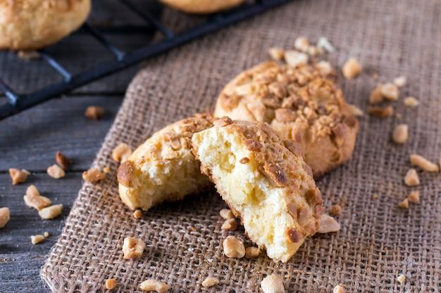 Primo piano su biscotti appena sfornati da un forno