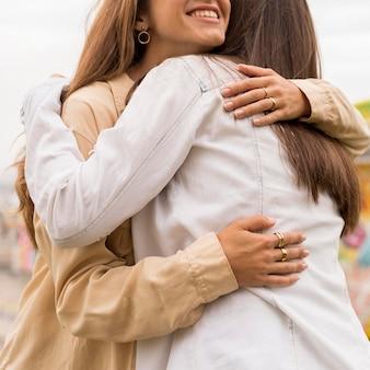 Amici del primo piano che abbracciano
