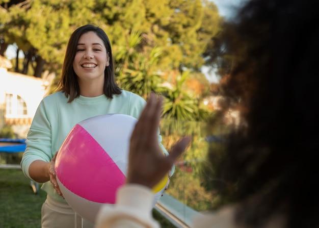 Chiudere gli amici che giocano con la palla