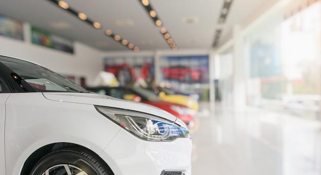 Primo piano anteriore della nuova vettura in background showroom