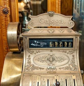 Primo piano della parte anteriore di un registratore di cassa antico all'antica.