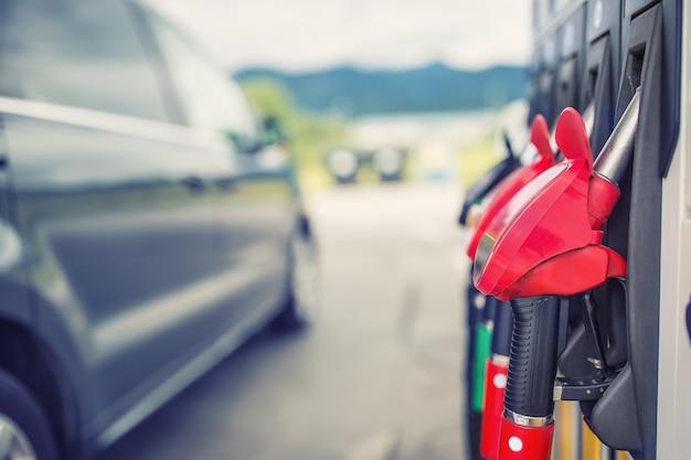 Ugelli di carburante ravvicinati su benzina e gasolio. Foto Premium