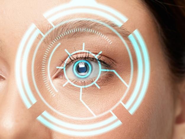 Avvicinamento. donna futura con pannello oculare della tecnologia informatica, interfaccia del cyberspazio, concetto di oftalmologia. bellissimo occhio femminile con identificazione moderna, trattamento medico per la messa a fuoco. effetti visivi.
