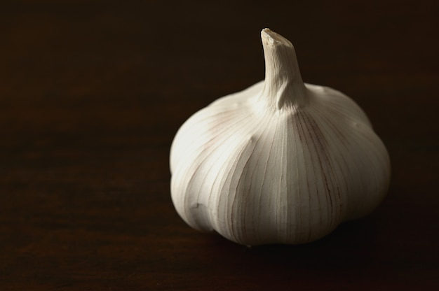 Close-up di aglio su un tavolo di legno