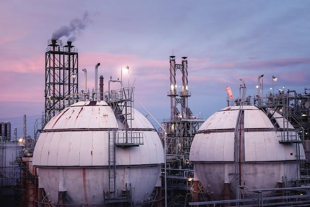 Primo piano di stoccaggio del gas nell'industria petrolchimica