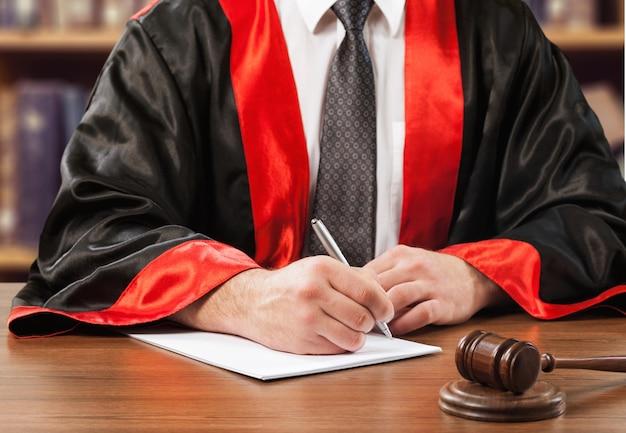 Giudice del martello del primo piano con l'avvocato che lavora all'aula di tribunale
