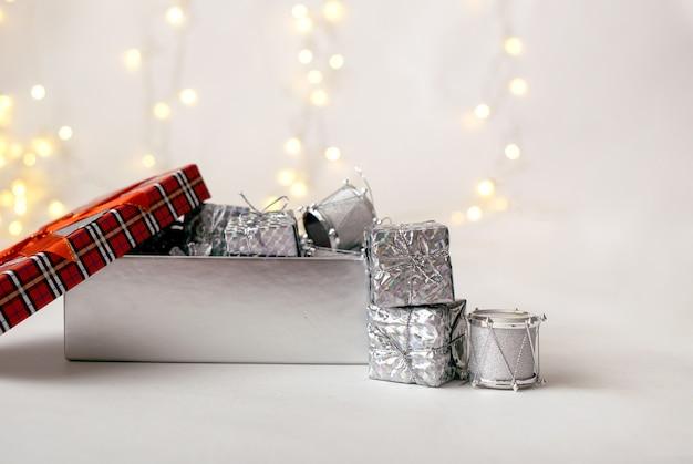 Primo piano di una confezione regalo con giocattoli su uno sfondo bianco con un bokeh con un posto per il testo