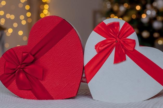 Primo piano di scatole regalo a forma di cuore. scatole regalo a forma di cuore il giorno di san valentino. Foto Premium