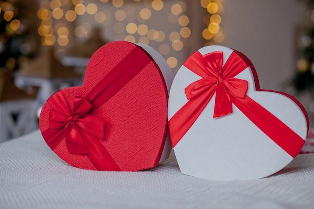 Primo piano di scatole regalo a forma di cuore