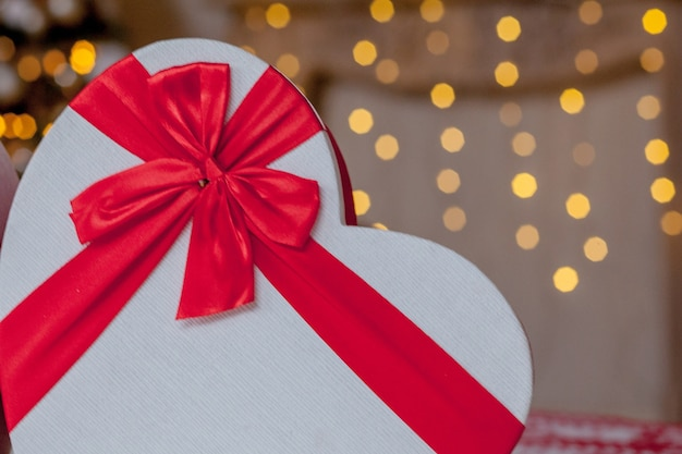 Primo piano di scatole regalo a forma di cuore Foto Premium