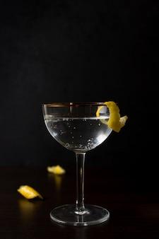 Close-up bicchiere di bevanda alcolica pronto per essere servito