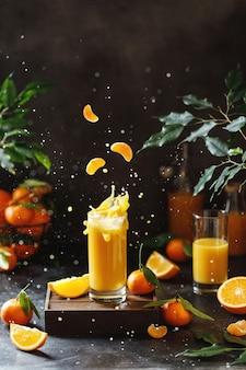 Primo piano su un bicchiere di succo d'arancia spruzzata