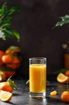 Primo piano su un bicchiere di succo d'arancia