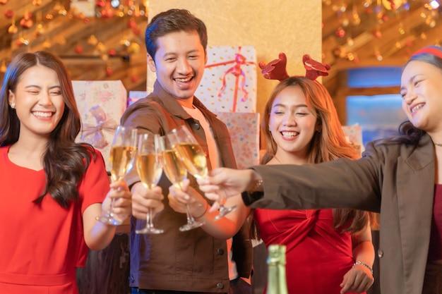 Chiudere i bicchieri di bicchieri di champagne tintinnanti con illuminazione e lucentezza