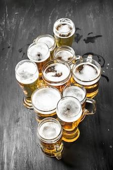 Primo piano sui bicchieri con una deliziosa birra