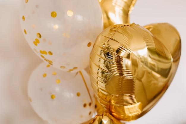Close up di palloncini dorati con elio