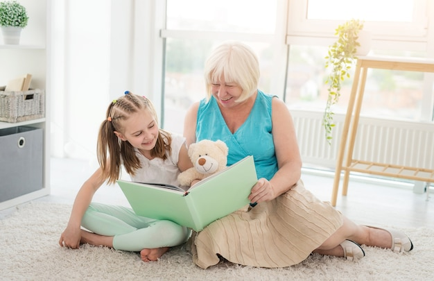 Primo piano sulla nonna che legge racconti per la piccola nipotina