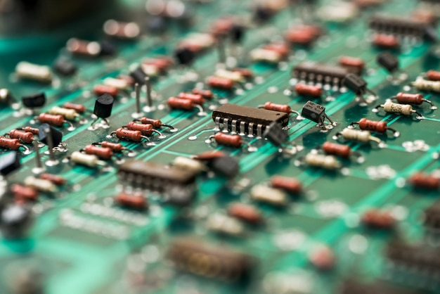 Primo piano del circuito elettronico verde.