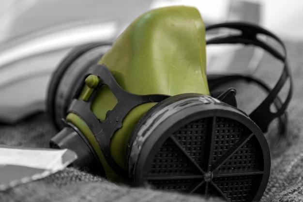 Maschera protettiva verde ravvicinata per la pittura