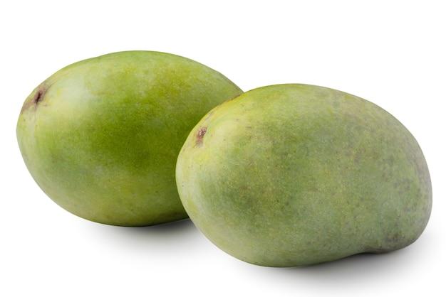 Primo piano di mango maturo verde isolato su sfondo bianco da tavola, tracciato di ritaglio tagliato.
