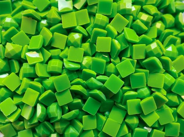 Close-up, diamanti quadrati verdi per ricamo a diamante. hobby e bricolage, materiali per creare ricami a rombi