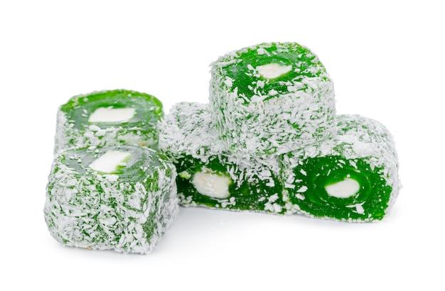 Close up di verde turco delizia dolci isolati su bianco