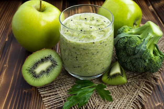 Primo piano sul frullato vegetariano verde