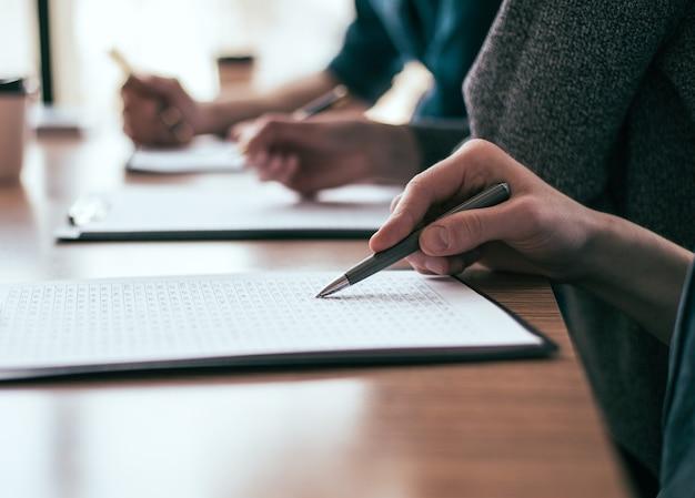 Avvicinamento. un gruppo di dipendenti lavora con documenti aziendali. concetto di affari.