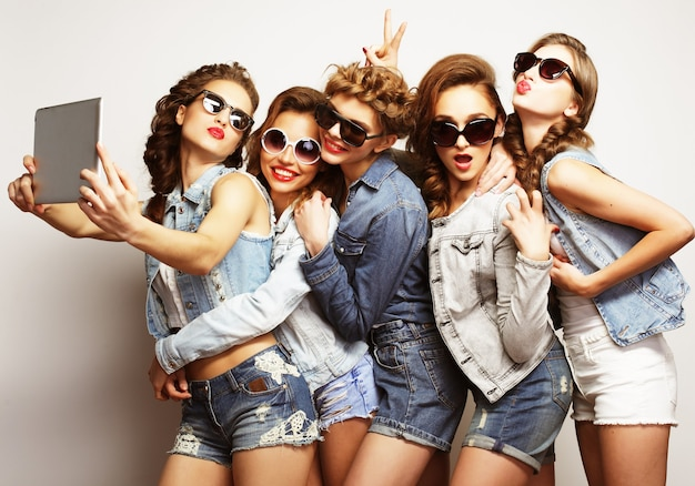 Primo piano su un gruppo di donne che ridono festa